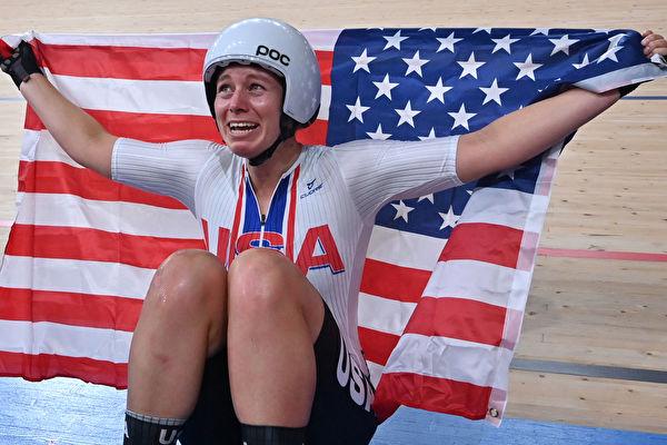 2020 도쿄올림픽 마지막날 사이클 트랙, 여자 스프린트 결승에서 뜻밖의 금메달을 차지한 미국의 발렌테 제니퍼 선수가 성조기를 들고 기쁨을 나타내고 있다. | PETER PARKS/AFP via Getty Images/연합