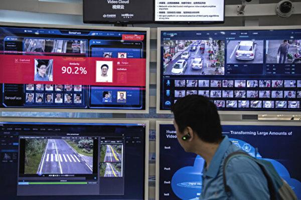 중국 광둥성 선전시의 화웨이 캠퍼스에 설치된 안면인식 감시카메라 전시대. 행인이 지나가는 짧은 시간에 얼굴인식해 90%가 넘는 정확도로 신원확인이 가능함을 보여주고 있다. 2019.4.26   Kevin Frayer/Getty Images
