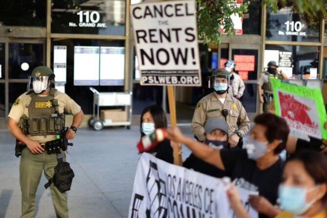 지난해 가을 미국 로스앤젤레스 시내에서 퇴거 유예 조치 등을 요구하는 세입자와 시민단체 관계자들이 시위를 벌이고 있다. | 로이터/연합