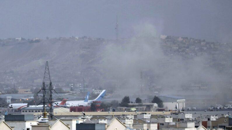 26일(현지 시각) 아프가니스탄 카불 공항 인근에서 폭팔로 인한 연기가 솟아오르고 있다. | Wali Sabawoon/AP Photo/연합