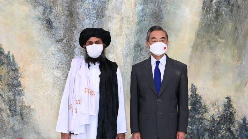 탈레반 지도부와 왕이 중국 외교부장. 양측은 탈레반의 아프가니스탄 점령전이 한창이던 7월 28일 만나 협력을 다짐했다. | 중국 외교부 제공=연합뉴스