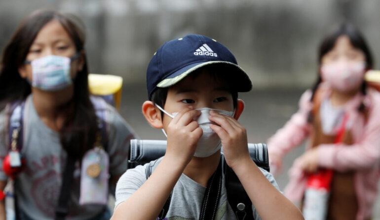 마스크를 쓰고 등교하는 아이들 | 도쿄=로이터/연합뉴스