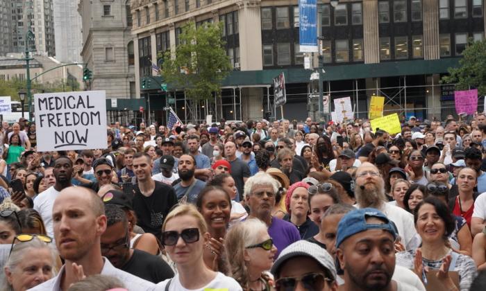 지난 13일(현지시간) 미국 뉴욕주에서 코로나19 백신 접종 의무화에 반대하는 시위자들이 모였다. | 엔리코 드리고소/에포크타임스