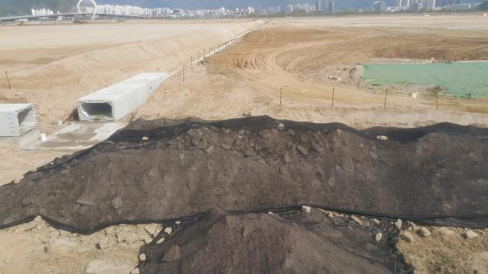 중도 유적지에 공사를 위해 땅을 파헤친 곳에서 잡석이 불법적으로 매립된 것을 발견했다.(2020년 4월 6일 촬영) | 중도본부 제공