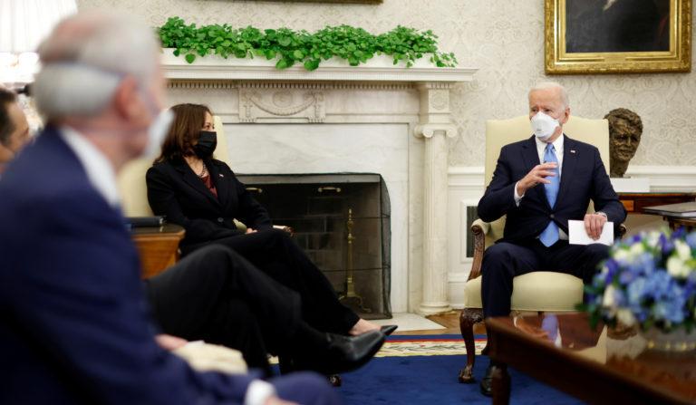 조 바이든 대통령과 카멀라 해리스 부통령이 백악관에서 주지사와 시장들과 만나고 있다. | REUTERS/연합