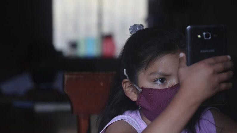중공 바이러스 감염증(코로나19) 사태로 학교가 폐쇄돼 집에서 스마트폰으로 수업을 받는 아이   Dolores Ochoa/AP/연합