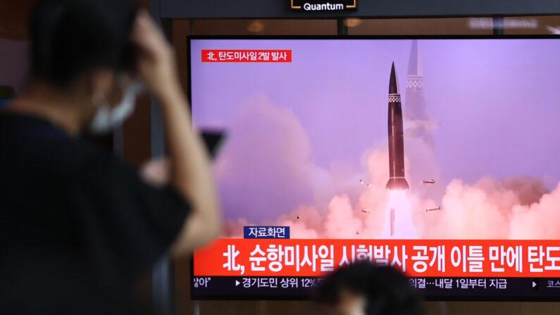 서울역에서 시민들이 북한의 탄도미사일 발사 소식을 접하고 있다.   연합뉴스