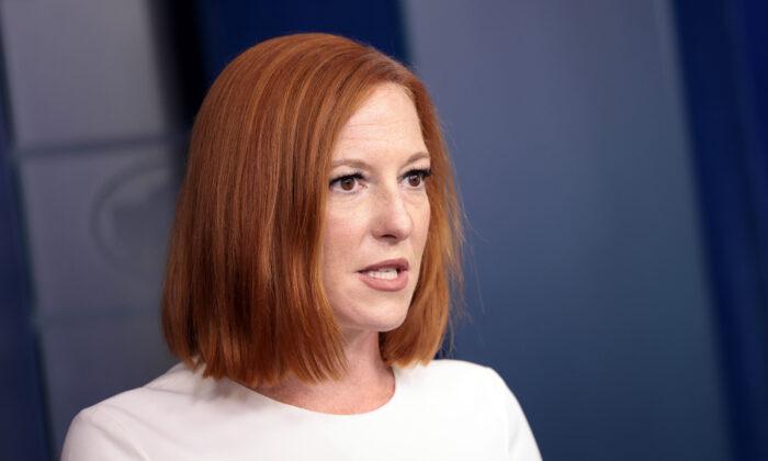 젠 사키 미국 백악관 대변인이 8일(현지시간) 언론 브리핑에서 발언하고 있다. | Kevin Dietsch/Getty Images