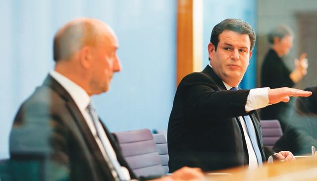 독일 노동부 장관 후베르투스 하일(우)이 사용자단체 대표와 함께 노동시장 문제를 다룬 학술대회에서 이야기하고 있다. | 로이터/연합