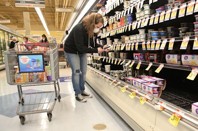 미국 뉴저지의 한 마트에서 온라인 쇼핑대행 업체 직원이 손님을 대신해 장을 보고 있다. | AFP/연합