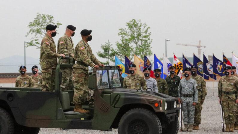 21년 7월 2일 열린 한미연합사령관 겸 주한미군사령관 이취임식에서 폴 라카메라 신임 한미연합사령관 겸 주한미군사령관과 로버트 에이브럼스 전임 한미연합사령관이 사열하고 있다. | 주한미군 제공