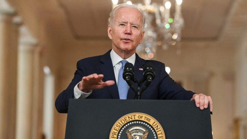 조 바이든 미국 대통령이 8월 31일(현지 시각) 미 워싱턴 백악관 스테이트 다이닝 룸에서 아프가니스탄 20년 전쟁 종식을 선언하며 연설하고 있다. | BRENDAN SMIALOWSKI/AFP via Getty Images