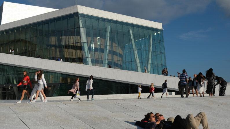 노르웨이 오슬로 시민들이 오슬로 오페라 하우스 앞 광장에서 휴식하고 있다. | Sean Gallup/Getty Images
