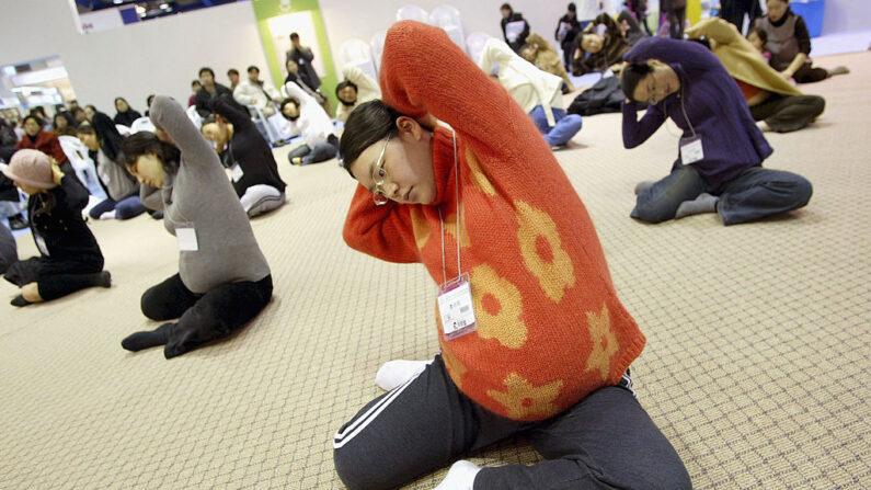 베이비 페어에 참석한 임산부들이 산모에게 좋은 운동을 하고 있다.   Chung Sung-Jun/Getty Images