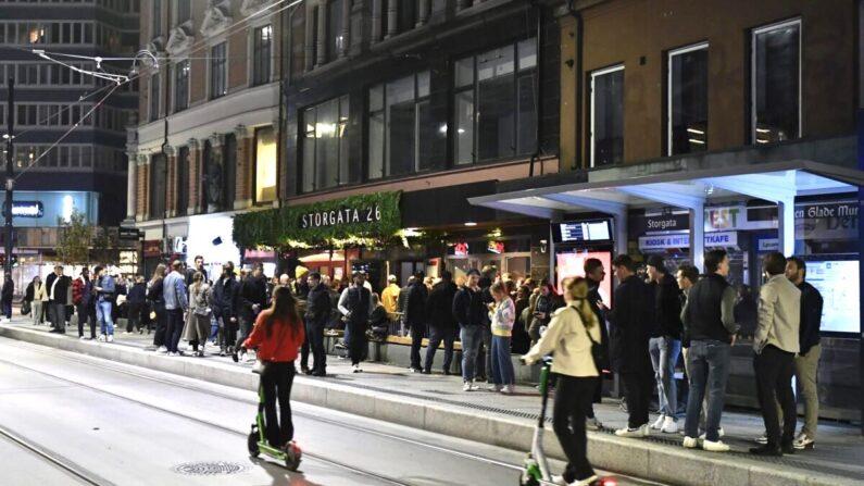 중국 공산당 바이러스 감염증(코로나19) 제한 조치가 전면 해제된 25일(현지 시각) 노르웨이 수도 오슬로의 한 상점가에 시민들이 북적거리고 있다. | Naina Helen Jama/NTB via AP/연합
