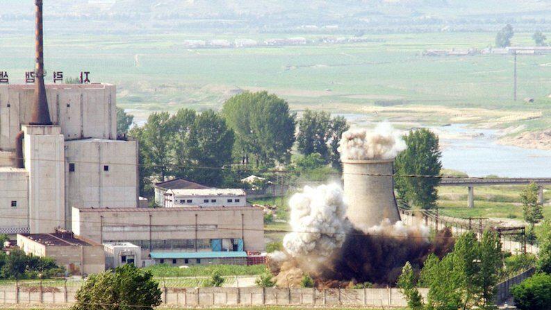 지난 2008년 6월 27일 북한이 비핵화 의지를 과시하기 위해 영변 핵시설의 냉각탑 폭파 장면 | 연합뉴스