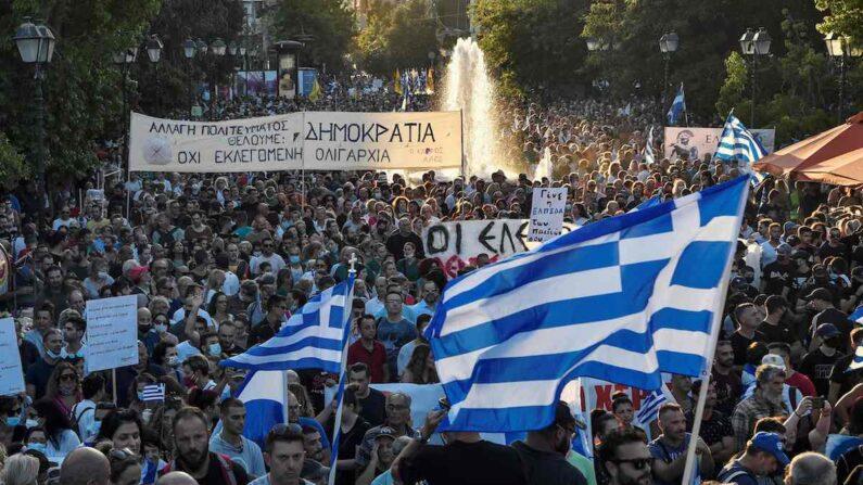 8월 29일(현지 시각) 그리스 아테네 신타그마 광장에서 시위대가 중공 바이러스 감염증(코로나19) 백신 접종 의무화 조치에 반대하며 시위를 벌이고 있다. | 아테네=AFP/연합