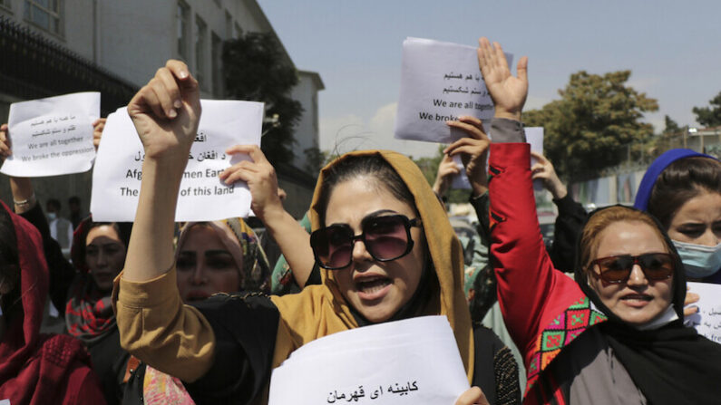 아프가니스탄 여성들이 3일 수도 카불에서 여성들의 새 정부 참여를 요구하는 시위를 하고 있다. |카불=AP/연합