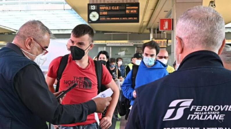 이탈리아 북부 토리노의 기차역에서 1일(현지시간) 역무원들이 승객들의 코로나19 백신접종 증명서인 '그린패스'를 확인하고 있다. 이탈리아에서는 이날부터 버스·기차·페리·여객기 등 모든 장거리 교통수단을 이용할 때 그린패스를 의무적으로 제시해야 한다.   토리노=EPA/연합