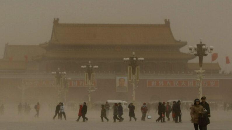 중국 공산당이 '중국식 모델'을 전 세계에 이식하기 위해 미국을 밀어내고 패권을 차지하려 한다는 분석 보고서를 프랑스 국방부 산하 군사전략연구소에서 최근 발표했다. 사진은 무분별한 개발로 황사가 일상화된 베이징 톈안먼 광장   연합뉴스