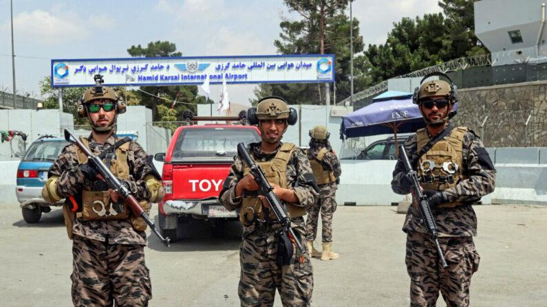 31일(현지 시각) 미군이 모두 철수한 아프가니스탄 카불의 하미드 카르자이 국제공항을 탈레반 테러리스트들이 무장한 채 지키고 있다.   Khwaja Tawfiq Sediqi/AP/연합