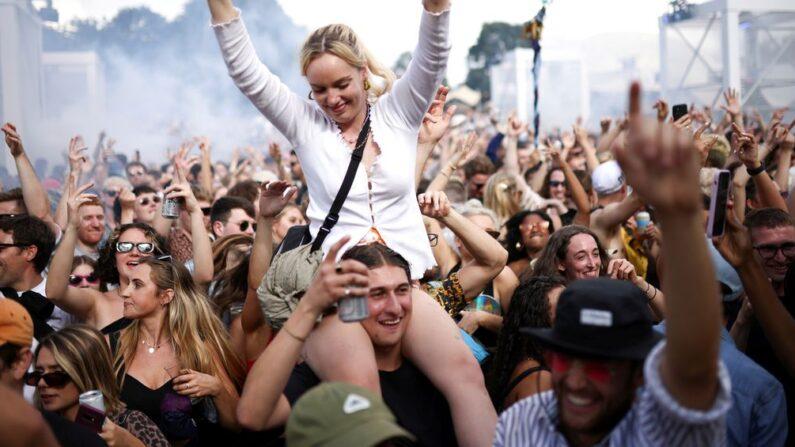 영국 수도 런던에서 지난 8월 1일(현지시간) 시민들이 '노 마스크'로 음악 축제를 즐기고 있다.   로이터/연합