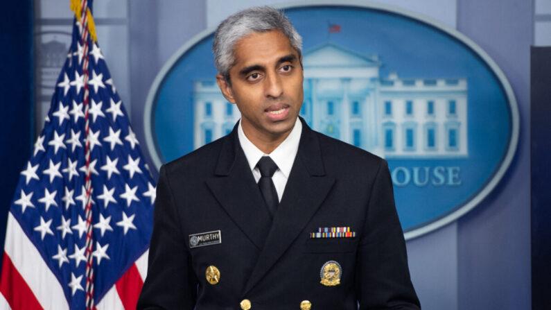 비벡 머시 미국 공중보건서비스단 단장이 미 백악관 브리핑룸에서 열린 기자회견에 참석해 발언하고 있다. | SAUL LOEB/AFP via Getty Images