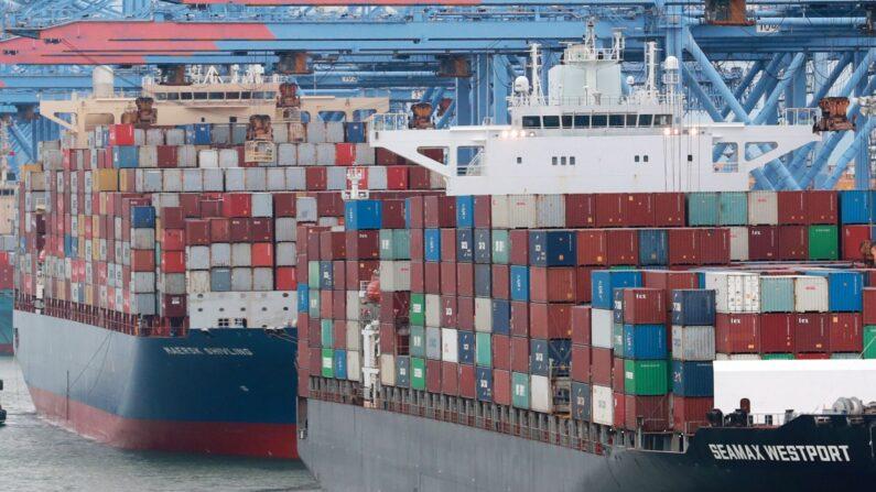 지난 1일 부산신항에 접안해 있는 선박에 화물이 가득 실려 있다. | 연합뉴스