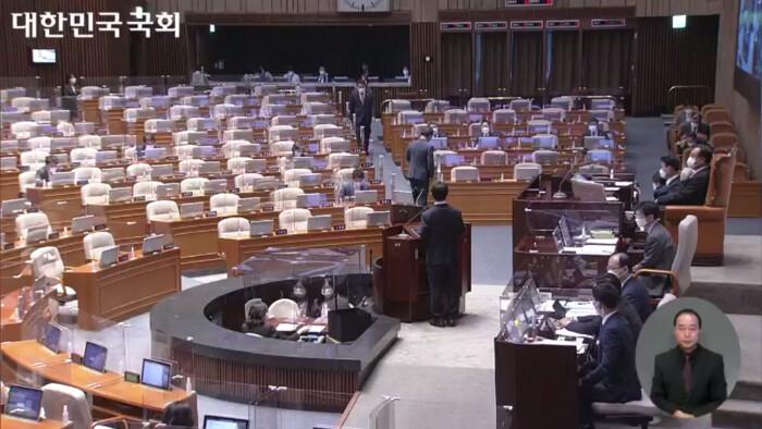 9월13일 정기국회 첫 대정부질문(정치) 중인 국회. 의석이 텅 비어 있다. | 의사중계시스템 캡처