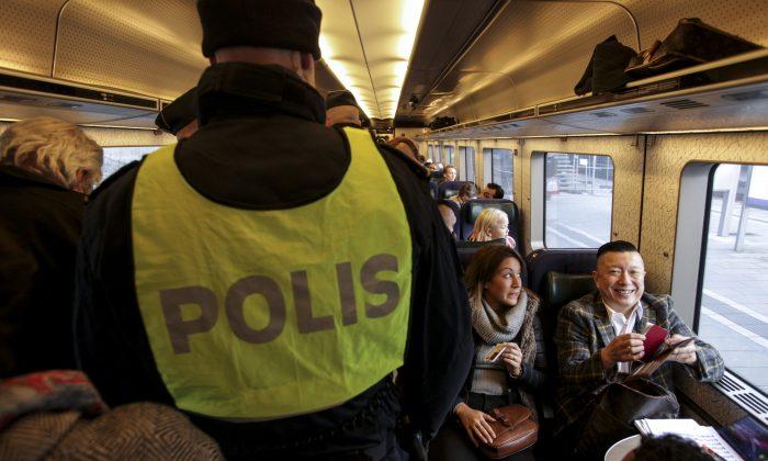 스웨덴 말뫼시에서 출발한 열차에 탑승한 경찰. 2015.11.12 | Stig Ake Jonsson/TT via AP/ 연합