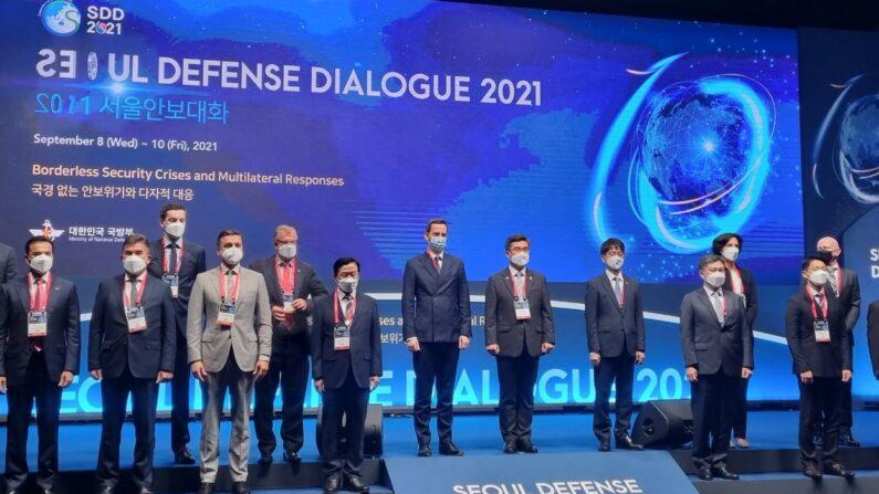 서욱 국방부 장관(오른쪽 여섯번째) 및 참석자들이 9일 열린 '2021 서울안보대화' 개회식에서 기념촬영을 하고 있다.ㅣ에포크타임스
