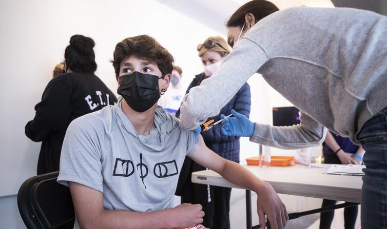 미국 캘리포니아 로스엔젤레스에서 한 10대 남성이 중공 바이러스 감염증(코로나19) 백신을 맞고 있다.   AP/연합