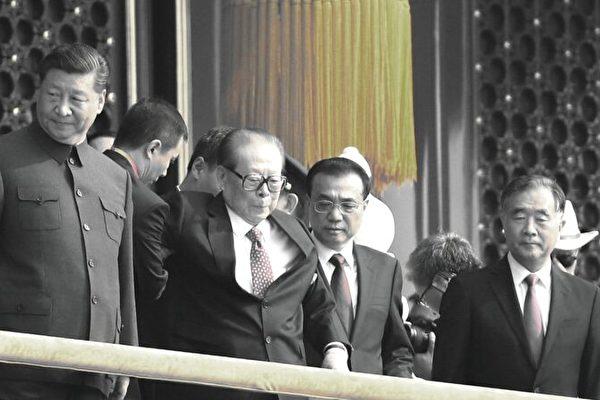2019년 10월 1일 중국 공산당 집권 기념 행사를 맞아 베이징 톈안문 성루에 오른  장쩌민(江澤民) 전 중국 공산당 총서기가 부축을 받으며 이동하고 있다. | Andrea Verdelli/Getty Images