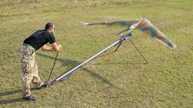 이탈리아 군인이 자국에서 제조한 무인기(드론)를 캐터팰터로 발사하고 있다. | 이탈리아 공군 제공