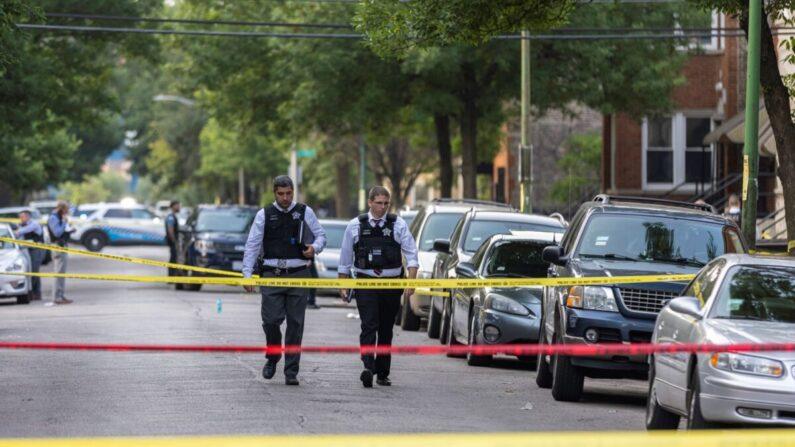 경찰들이 시카고 웨스트 사이드 런데일의 한 총격사건 현장을 조사하고 있다. 2021.7.21 | Anthony Vazquez/Chicago Sun-Times via AP/연합
