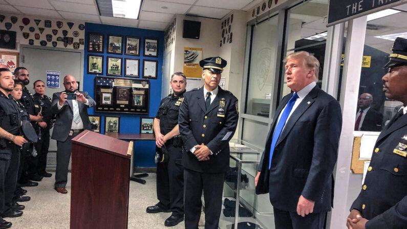 도널드 트럼프 전 미국 대통령이 9·11 20주년인 11일(현지시간) 뉴욕의 한 경찰서를 방문하고 있다. | AP/연합