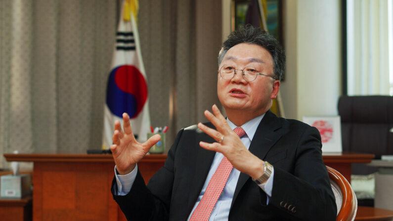 서울 방배동 한국외교협회 사무실에서 이준규 회장이 기자 질문에 답변하고 있다. | 이유정 기자/에포크타임스