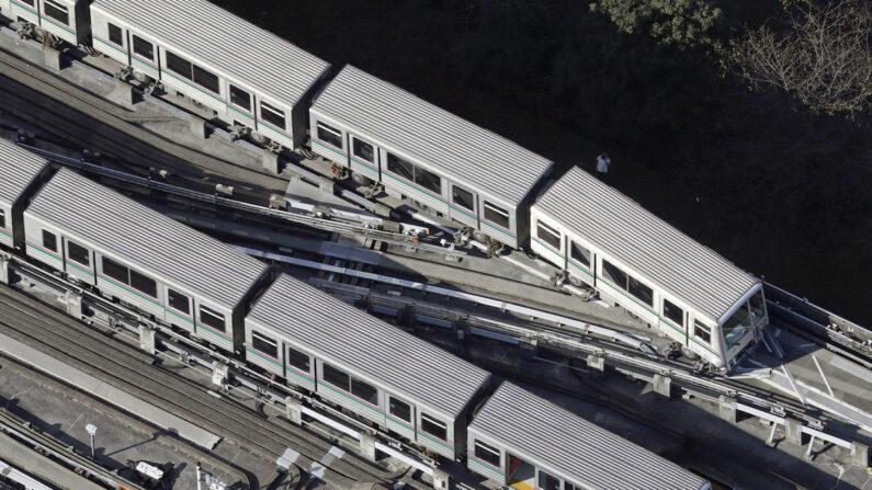 9일 오전 일본 도쿄도(東京都) 아다치(足立)구의 한 철로에 레일에서 살짝 이탈한 전동차가 보인다. 전날 오후 발생한 지진의 영향으로 탈선했다.   교도통신/연합