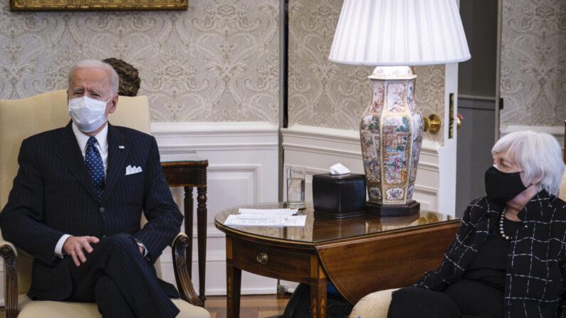 재닛 옐런 미 재무장관이 조 바이든 대통령과 이야기하고 있다.   Pete Marovich/Pool/Getty Images