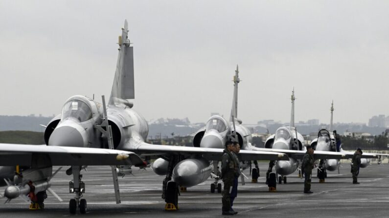 대만 공군 전투기 조종사들이 신저우의 공군기지에서 프랑스산 미라지 전투기 앞에 서 있다. | SAM YEH/AFP via Getty Images/연합