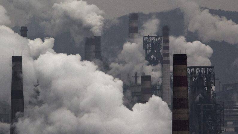중국 허베이성의 한 화력발전소의 굴뚝에서 연기가 배출되고 있다.   Kevin Frayer/Getty Images