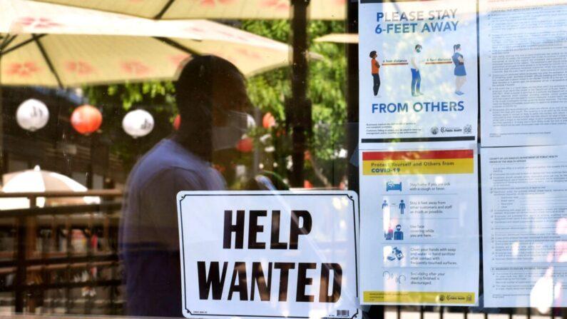 미국 캘리포니아 로스앤젤레스의 한 상점 진열창에 직원을 찾는다는 문구가 붙어 있다. 캘리포니아는 1년여 음식점 등에서 까다로운 중국 공산당 바이러스 감염증(코로나19) 규제로 많은 일자리가 축소되거나 사라졌으며 최근 경기회복세에 접어들었지만 고용회복이 더딘 것으로 나타났다. | FREDERIC J. BROWN/AFP via Getty Images/연합
