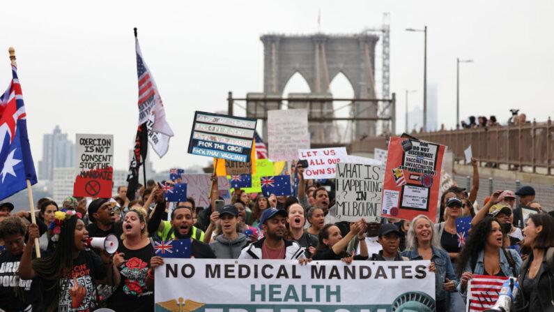 미국 뉴욕시 공립학교 교직원을 대상으로 한 중국 공산당 바이러스 감염증(코로나19) 백신 강제 접종에 반대하는 사람들이 항의하고 있다. 2021.10.4   Michael M. Santiago/Getty Images