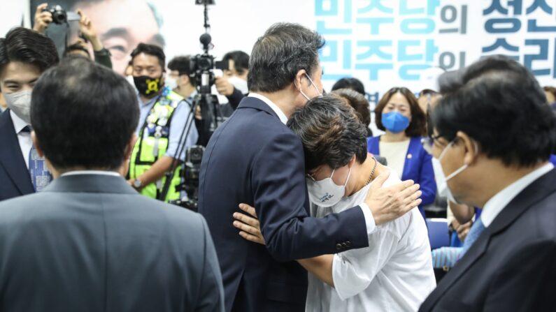 14일 여의도에서 열린 더불어민주당 이낙연 전 대표의 필연캠프 해단식에서 이 전 대표가 지지자와  포옹하고 있다.ㅣ캠프 제공