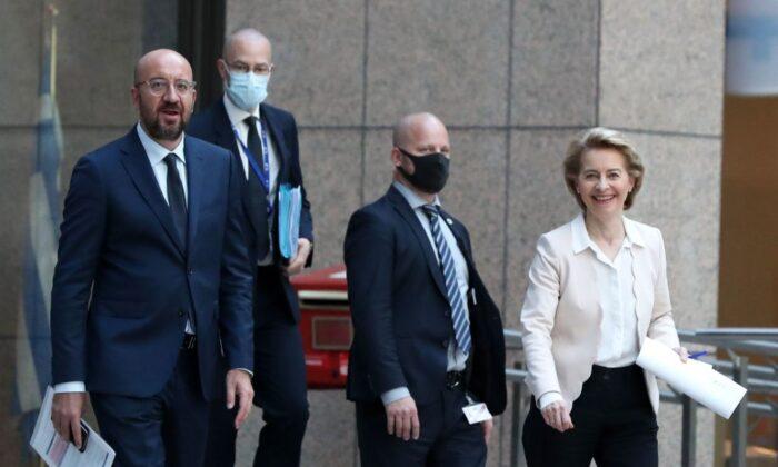 찰스 미셸(왼쪽) 유럽연합(EU) 집행위원장과 우슐라 폰 데르 레옌(오른쪽) 유럽연합 집행위원회 위원장이 브뤼셀의 기자회견장으로 이동하고 있다. 2020년 6월 22일 | Yves Herman/POOL/AFP via Getty Images