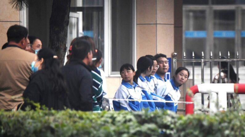 중국 네이멍구 자치구 퉁랴오의 한 학교에 모인 학부모와 학생들 | Noel Celis/AFP via Getty Images