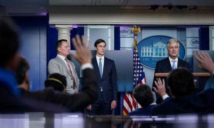 (왼쪽부터) 리처드 그르넬 전 주독일 미국대사, 재러드 쿠슈너 백악관 선임보좌관, 로버트 오브라이언 국가안보보좌관이 2020년 9월 4일 워싱턴 백악관에서 가진 언론브리핑에서 기자들의 질문에 답하고 있다. | Drew Angerer/Getty Images
