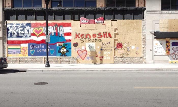 폭력시위가 벌어진 미국 위스콘신주 케노샤의 한 점포에 상인들이 세운 보호벽이 설치됐다. 2020년 9월 2일   에포크타임스
