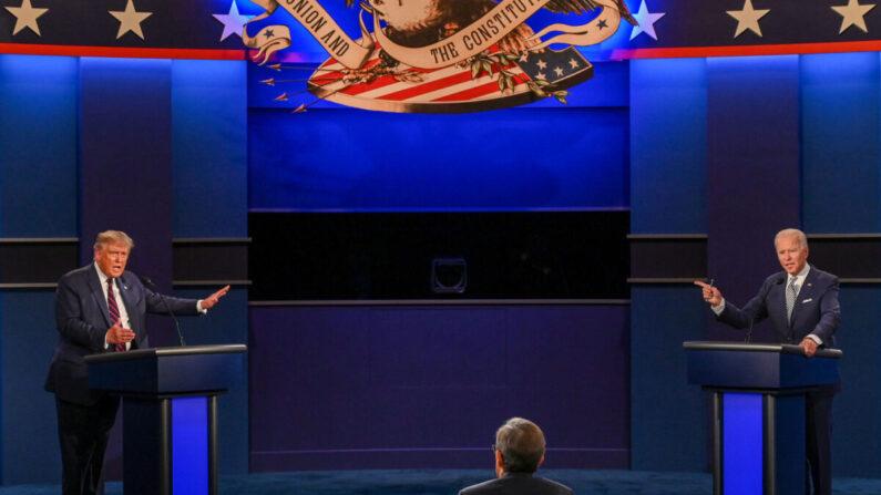 미국 대통령 선거 공화당 대선후보인 도널드 트럼프 대통령(왼쪽)과 민주당 대선후보인 조 바이든 전 부통령(오른쪽)이 지난 29일(현지 시각) TV토론에서 공방을 주고 받고 있다. | AFP=연합뉴스
