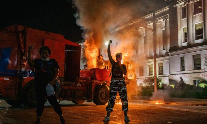 위스콘신주 케노샤에서 폭동이 일어난 가운데 한 폭도가 구호를 위치고 있다. 2020년 8월 24일 | Brandon Bell/Getty Images